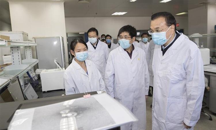 Thủ tướng Trung Quốc Lý Khắc Cường thăm Trung tâm phòng chống và kiểm soát dịch bệnhtại Bắc Kinh hôm 30/1. Ảnh: Xinhua.
