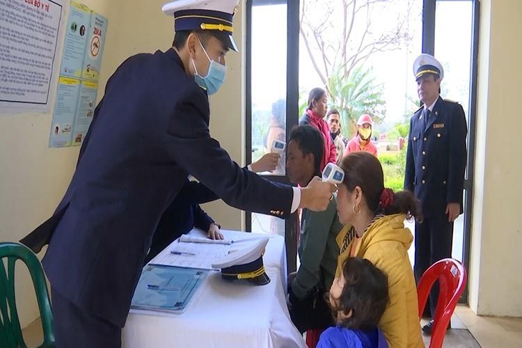 Nhà chức trách kiểm tra thân nhiệt người nhập cảnh tại Cửa khẩu quốc tế Lao Bảo. Ảnh: Hoàng Táo