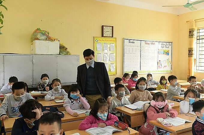 Thầy trò một trường tiểu học ở Hà Nội. Ảnh: Phạm Chiểu