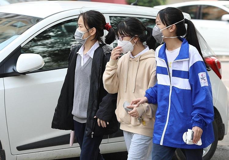 Học sinh tại Hà Nội đeo khẩu trang phòng dịch viêm phổi Corona.Ảnh: Ngọc Thành