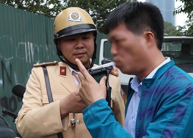 CSGT Hà Nội kiểm tra nồng độ cồn ở Hà Nội. Ảnh: Ngọc Thành.