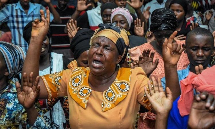 Các tín đồ trong một buổi cầu nguyện đầu năm tại Dar es Salaam, Tanzania hôm 1/1. Ảnh: AFP.
