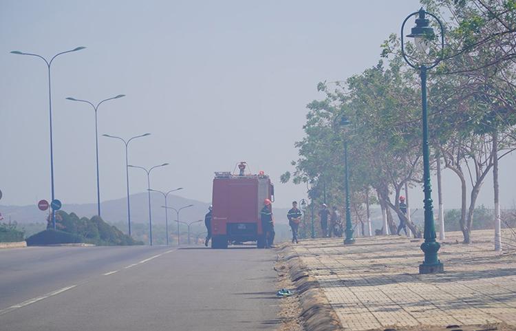 Khói mù lan tỏa trên tuyến đường ven biển Mũi Né. Ảnh: Việt Quốc.