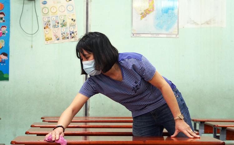 Giáo viên trường Tiểu học Nguyễn Thị Minh Khai tổng vệ sinh trường sáng 2/2. Ảnh: Mạnh Tùng.