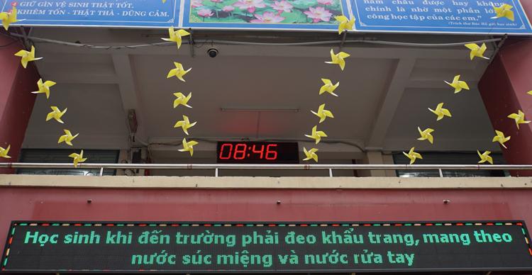 Bảng tuyên truyền trường Tiểu học Nguyễn Thị Minh Khai cho chạy thông tin cách phòng chống nCoV. Ảnh: Mạnh Tùng.