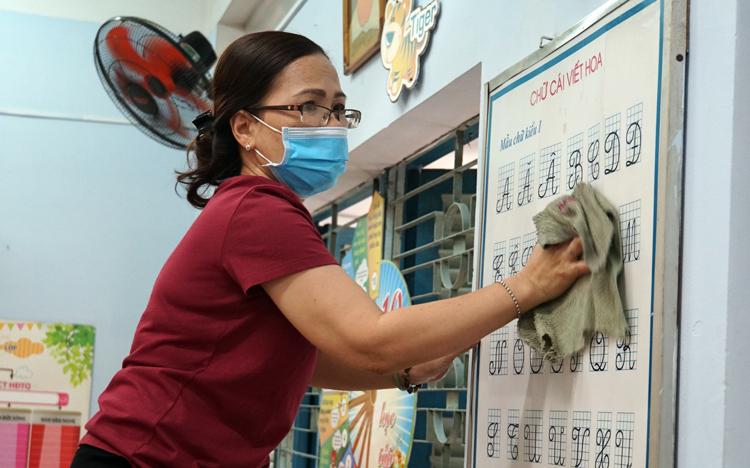 Giáo viên trường Tiểu học Nguyễn Thị Minh Khai (quận Gò Vấp) vệ sinh lớp học do mình phụ trách, sáng 2/2. Ảnh: Mạnh Tùng