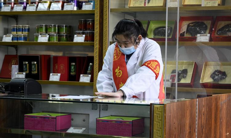 Một hiệu thuốc truyền thống ở Bắc Kinh, Trung Quốc hôm 1/2. Ảnh: AFP.