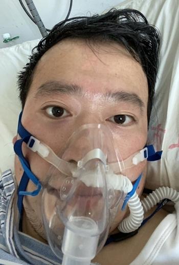 Bác sĩ Lý Văn Lượng tại bệnh viện ở Vũ Hán cuối tuần trước. Ảnh: NYTimes.