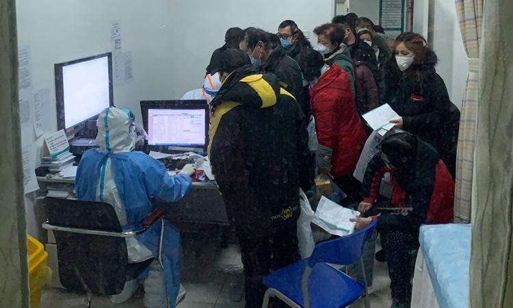 Người dân Vũ Hán xếp hàng chờ khám bệnh tại một bệnh viện hồi tuần trước. Ảnh: New York Times.