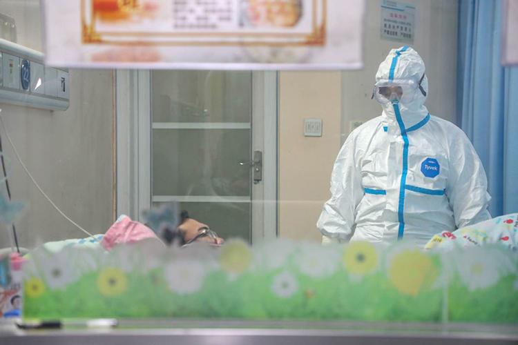 Bà Zhang Jixian kiểm tra một bệnh nhân mắc viêm phổi do nCoV tại bệnh viện tỉnh Hồ Bắc hôm 30/1. Ảnh: China Daily