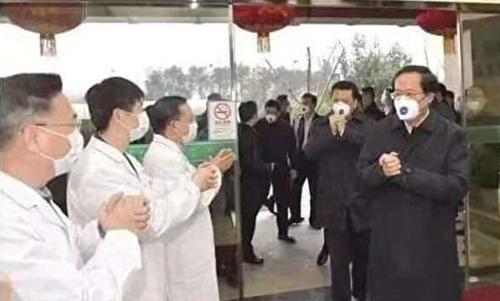 Hình ảnh các bác sĩ và quan chức Vũ Hán tham gia cuộc họp hôm 1/2. Ảnh: Beijing News