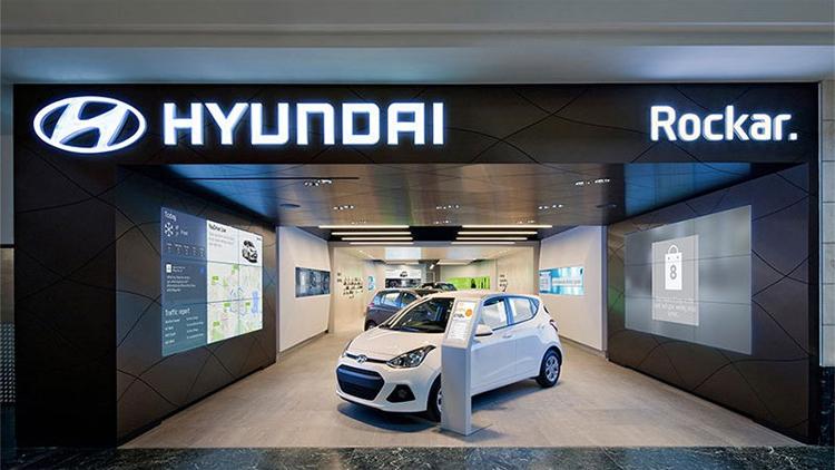 Một cửa hàng của Hyundai với sự hợp tác của Rockar tại Anh. Nơi đây chỉ trưng bày ba mẫu xe, bởi việc mua xe được thực hiện trên mạng. Ảnh: Autofreaks