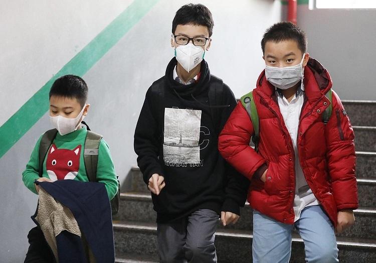 Học sinh trường Ngôi sao Hà Nội (quận Thanh Xuân, Hà Nội) rời trường sau buổi học ngày 31/1. Ảnh: Ngọc Thành
