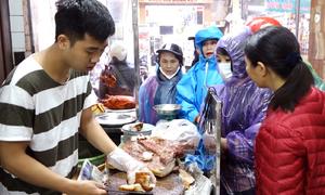 Đội mưa mua thịt lợn quay cúng Thần tài