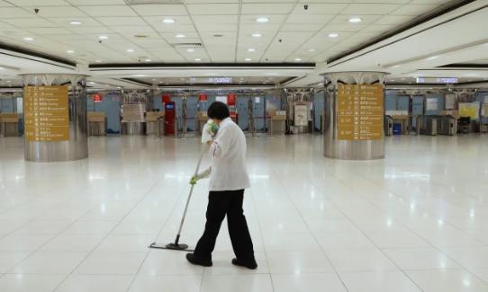 Một công nhân dọn vệ sinh tại bến phà ở Hong Kong. Ảnh: SCMP