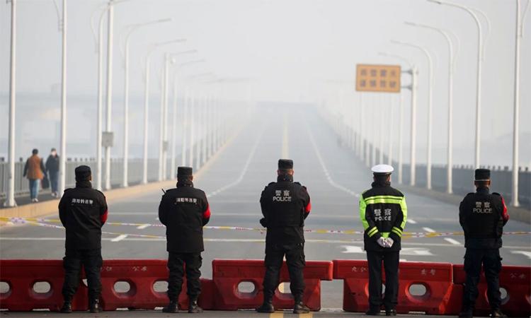 Cảnh sát chốt chặn tại cầu vượt sông Dương Tử, nối từ tỉnh Hồ Bắc tới, tại thành phố Cửu Giang, tỉnh Giang Tây. Ảnh: Reuters