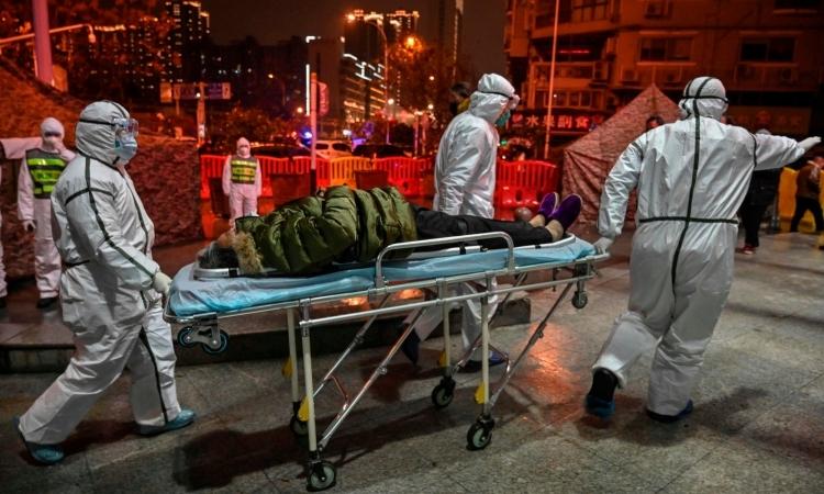 Một bệnh nhân ở Vũ Hán được đưa đi cấp cứu hôm 25/1. Ảnh: AFP.
