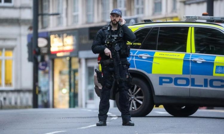 Cảnh sát Anh tại hiện trường vụ đâm dao ở London hôm qua. Ảnh: Reuters.