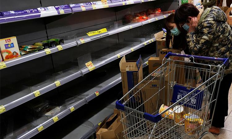Khách hàng đeo mặt nạ mua hàng tại một siêu thị ở Hong Kong hôm 30/1. Ảnh: Reuters.