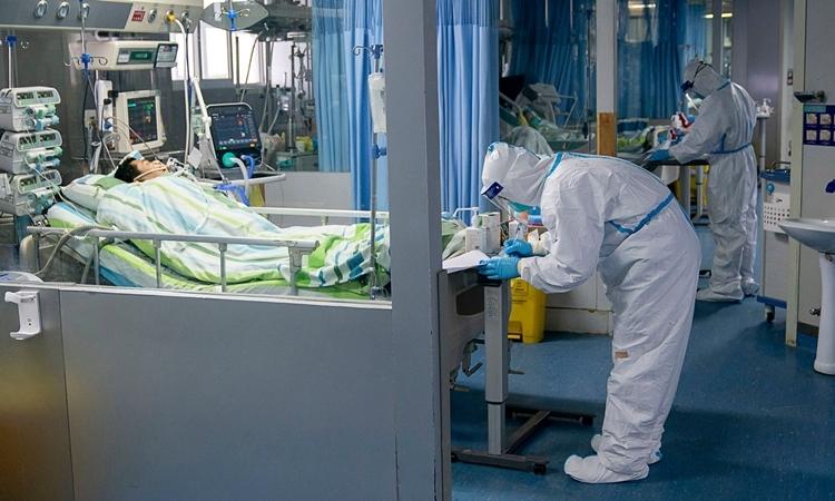 Nhân viên y tế điều trị cho bệnh nhân tại bệnh viện ở Vũ Hán ngày 24/1. Ảnh: Xinhua.