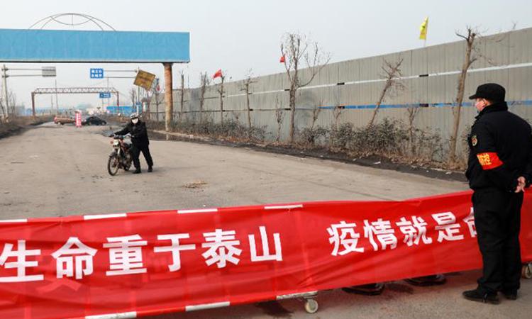 Người đi xe máy phải quay đầu vì bị chặn đường ở Hoài Bắc, tỉnh An Huy hôm 29/1. Ảnh: CNN.
