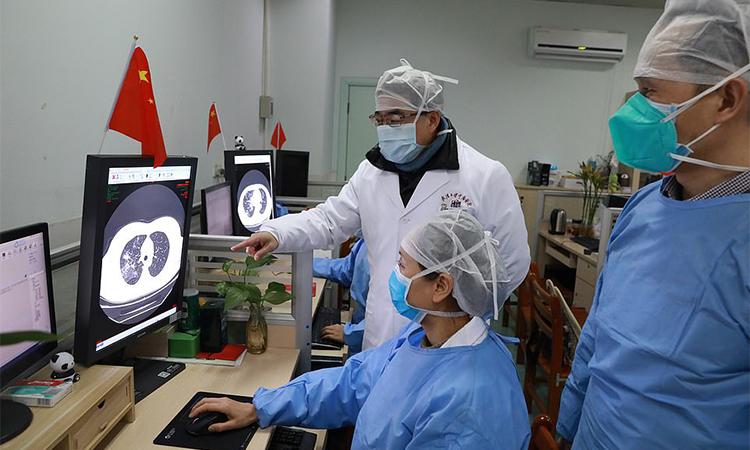 Bác sĩ và nhân viên y tế ở Vũ Hán kiểm tra kết quả chụp CT của mộtbệnh nhân tại Bệnh viện Trung Nam, Đại học Vũ Hán ngày 2/2. Ảnh: Reuters.