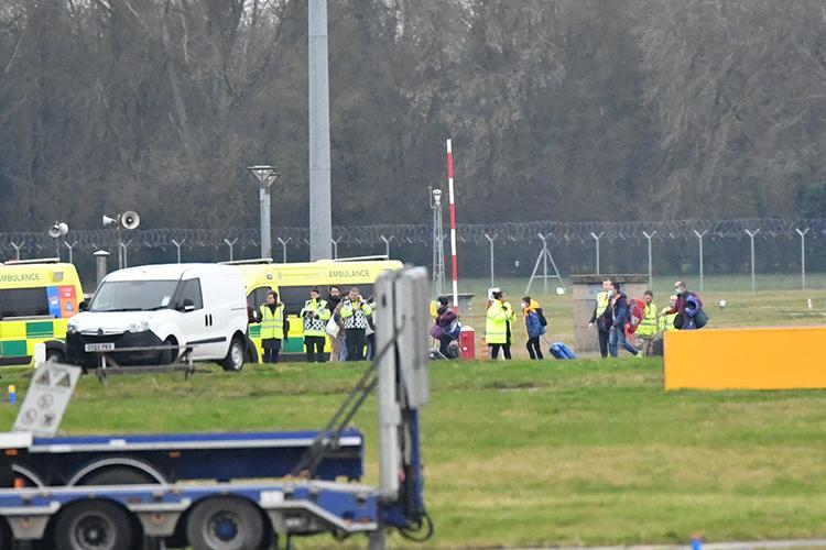 Những công dân Anh được sơ tán khỏi Vũ Hán xuống sân bay căn cứBrize Norton, hạt Oxfordshire, Anh hôm 31/1. Ảnh: Reuters