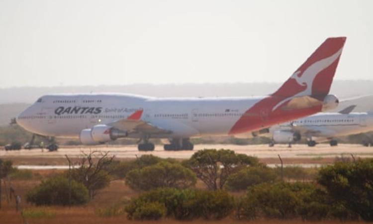 Chiếc máy bay của hãng hàng không Qantas Airways đưa công dân sơ tán từ Vũ Hán hạ cánh tại căn cứ không quân ở Exmouth, Western Australia, hôm qua. Ảnh: The Guardian.