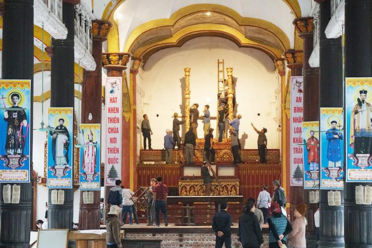 Giáo dân chuyển đồ nội thất bên trong nhà thờ ra ngoài. Ảnh: Hữu Tuyền