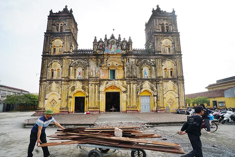 Đồ nội thất được đưa ra khỏi nhà thờ chính toà Bùi Chu ngày 3/2. Ảnh: Hữu Tuyền