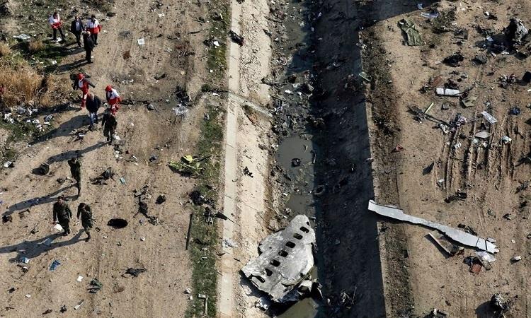 Lực lượng chức năng có mặt tại hiện trường vụ rơi máy bay Ukraine ở Iranhôm 8/1. Ảnh: AP.