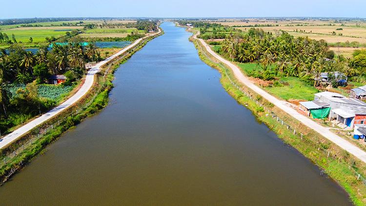 Hồ trữ ngọt Kênh Lấp hiện bị nhiễm mặn, người dân phải mua nước sử dụng. Ảnh: Hoàng Nam