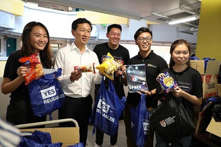 Bộ trưởng Giáo dục Ong Ye Kung (áo trắng) cùng các tình nguyện viên Đại học Công nghệ Nanyang chuẩn bị đồ ăn cho các sinh viên nghỉ học ngày 3/2. Ảnh: Bộ Giáo dục Singapore
