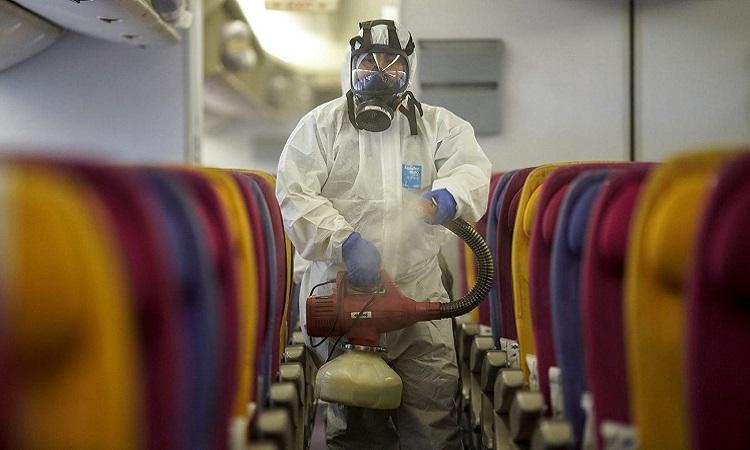 Nhân viên Thai Airways phun thuốc sát khuẩn trong cabin máy bay tại sân bay quốc tếSuvarnabhumi ở Bangkok hôm 28/1. Ảnh: Reuters.