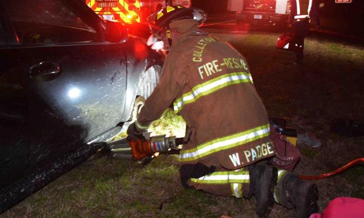 Đội cứu hộ phải sử dụng đòn bẩy, bộ nêm thủy lực để giải thoát cho nạn nhân. Ảnh: CCFR