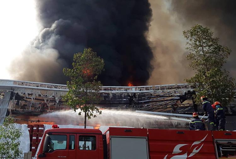 Cảnh sát đang dập lửa, khống chế đám cháy. Ảnh: Thái Hà