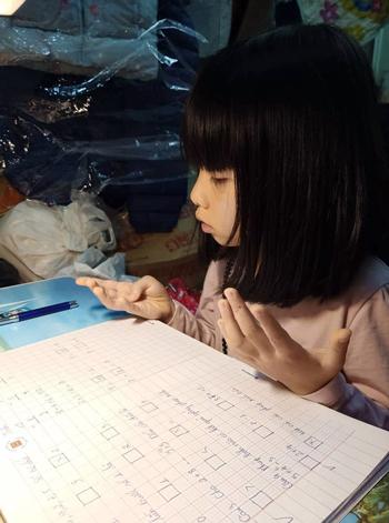 Con gái chị Chi học Toán tại nhà. Ảnh: Quỳnh Chi.