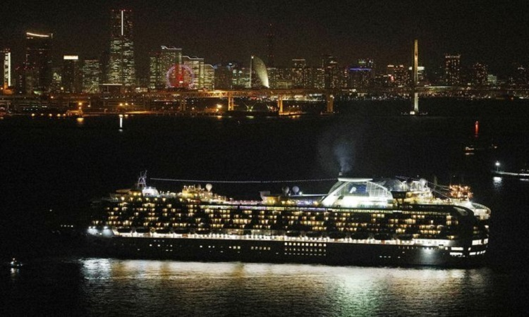 Tàu Diamond Princess đến gần cảng Yokohama tối 3/2. Ảnh: Reuters.