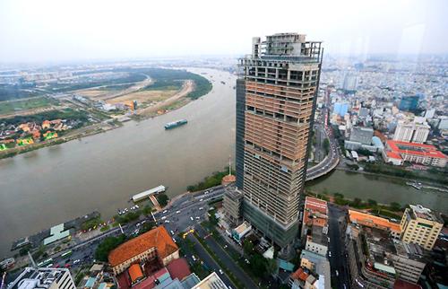 Cao ốc 42 tầng Saigon One Tower (tên cũ Saigon M&C Tower) tại góc đường Hàm Nghi – Tôn Đức Thắng – Võ Văn Kiệt (quận 1). Nằm đối diện Bạch Đằng, dự án ở vị trí vàng có tổng vốn đầu tư 256 triệu USD (hơn 5.000 tỷ đồng) từng được kỳ vọng là một trong những kiến trúc đẹp nhất TP HCM hiện đang bị bỏ hoang. Ảnh: Quỳnh Trần.