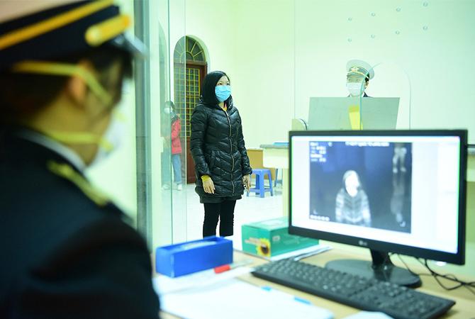Kiểm tra thân nhiệt hành khách tại ga Đồng Đăng. Ảnh: Giang Huy.