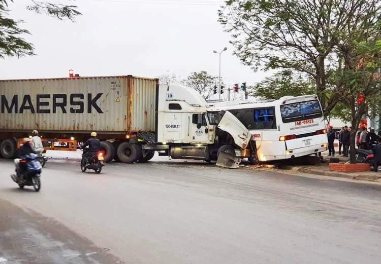 Vào cua, mất lái, chiếc xe đầu kéo đâm trúng xe ô tô chở công nhân tại đường vòng Cầu Niệm, Lê Chân (Hải Phòng) khiến 11 người bị thương. Ảnh: Trung Kiên