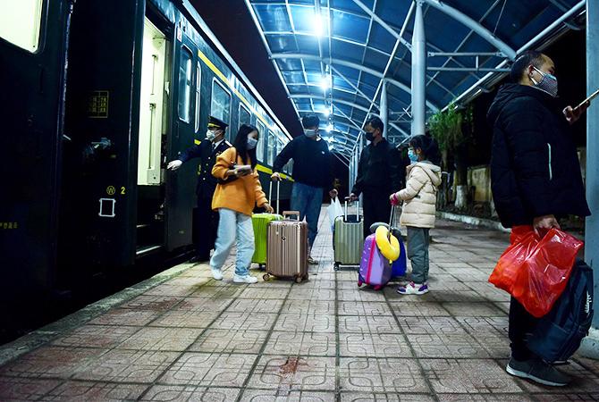 Hành khách trên chuyến tàu liên vận từ Hà Nội đi Nam Ninh tối 3/2. Ảnh: Giang Huy.