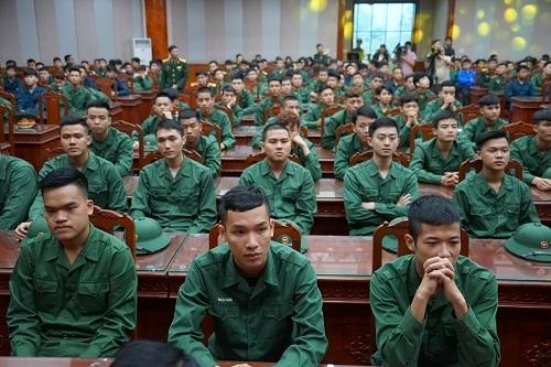 Các thanh niên Hà Nội viết đơn tình nguyện lên đường nhập ngũ năm 2019. Ảnh: Gia Chính