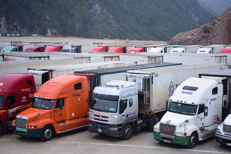 Заторы грузовых фур на границе с Китаем (ФОТО)