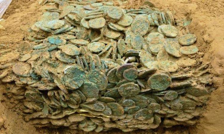 Hàng chục nghìn đồng xu cổ được đào lên tại Jersey. Ảnh: BBC.