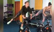 Hai cô gái biến bài tập gym thành màn biểu diễn chuyên nghiệp