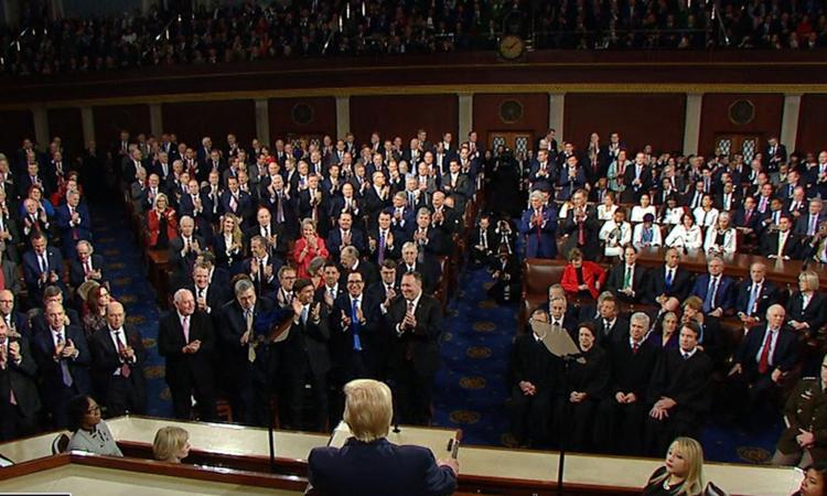 Đảng Cộng hòa (trái) đứng dậy vỗ tay tán thưởng trong khi đảng Dân chủ không phản ứng gì khi Trump đọc thông điệp. Ảnh: ABC.