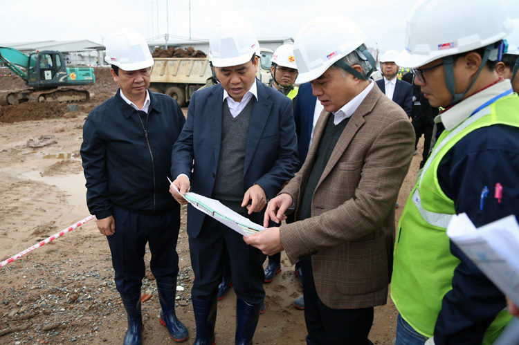 Chủ tịch UBND TP Hà Nội Nguyễn Đức Chung kiểm tra dự án Nhà máy nước thải Yên Xá ngày 4/2. Ảnh: Võ Hải.