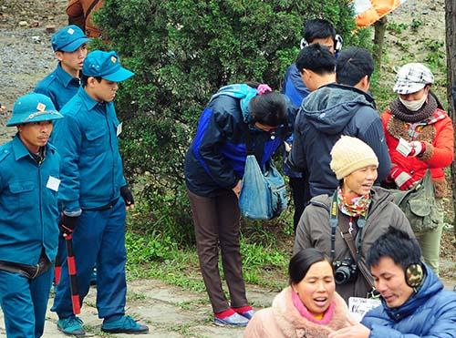 Hoạt động kinh doanh dịch vụ đổi tiền lẻ chênh lệch giá diễn ra công khai ở hội Lim năm 2014, mặc lực lượng an ninh ở gần. Ảnh: Quỳnh Trang.
