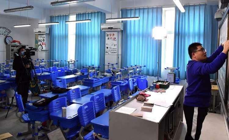 Zhao Chuanliang, giáo viên Vật lý tại một trường trung học ở thành phố Trịnh Châu tỉnh Hà Nam, Trung Quốc dạy học trực tuyến vào ngày 2/2. Ảnh: Xinhua.